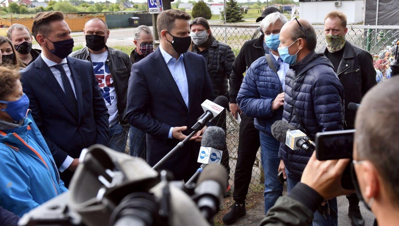 Portal tvp.info ujawnił dziś, że w Warszawie zbierane są podpisy na kandydata KO (fot. PAP/Marcin Bielecki)