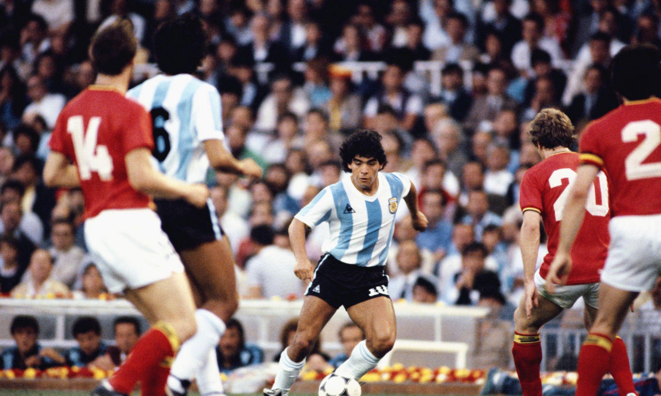 Diego Maradona podczas meczu z Belgią w Pucharze Świata FIFA 1982 na stadionie Camp Nou, 13 czerwca 1982 roku w Barcelonie. Fot. Steve Powell / Allsport / Getty Images