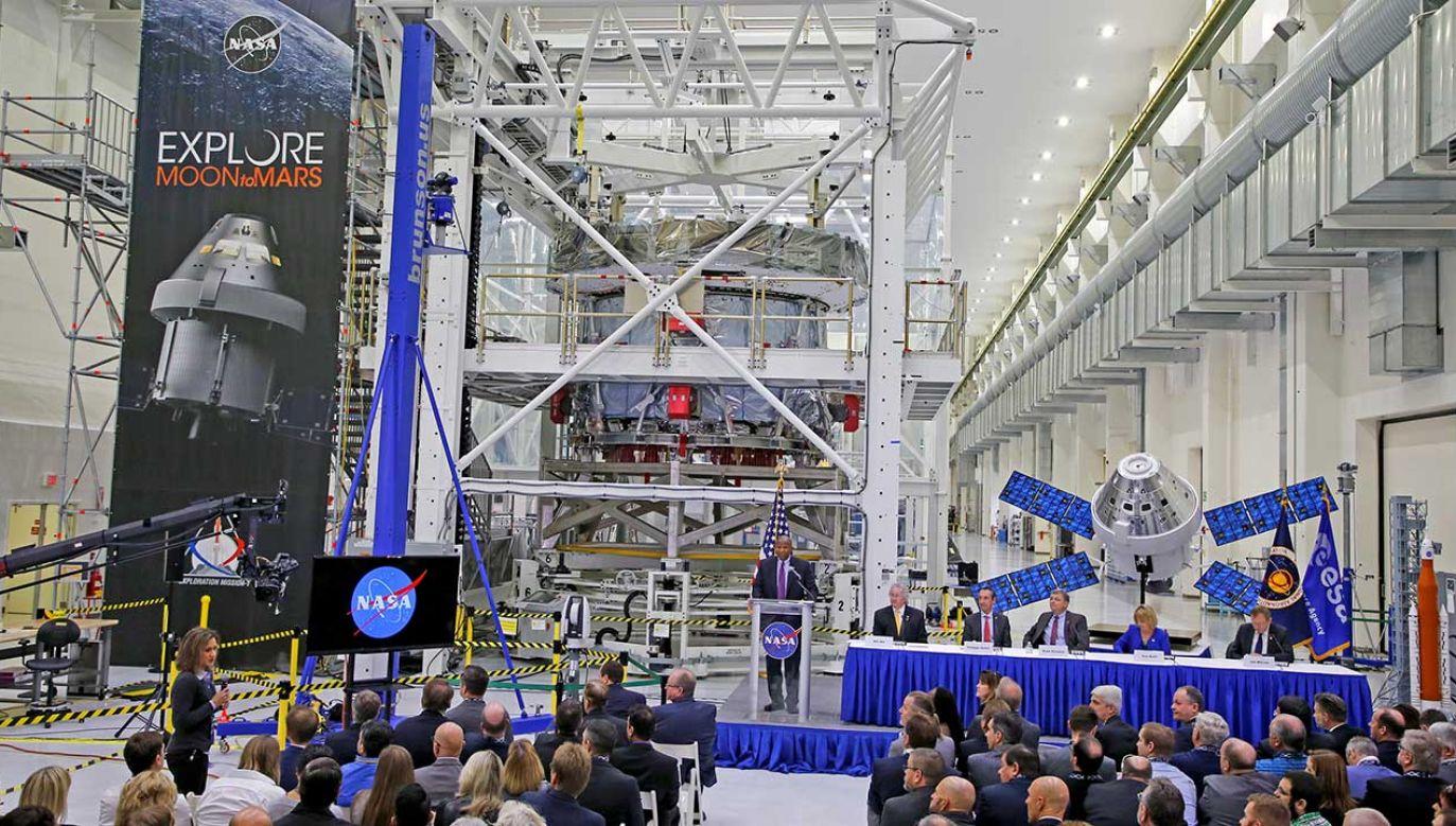 NASA wraz z innymi koncernami przygotowała kapsułę Orion, która zabierze astronautów na Księżyc (fot. REUTERS/Joe Skipper)