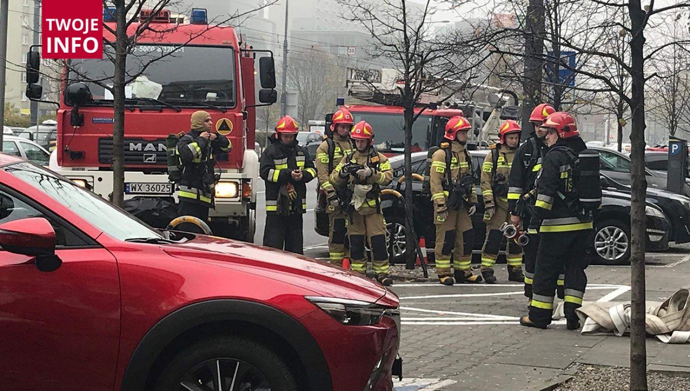 Na miejscu pracują trzy zastępy straży pożarnej (fot. Twoje Info/Adam Zawadzki)