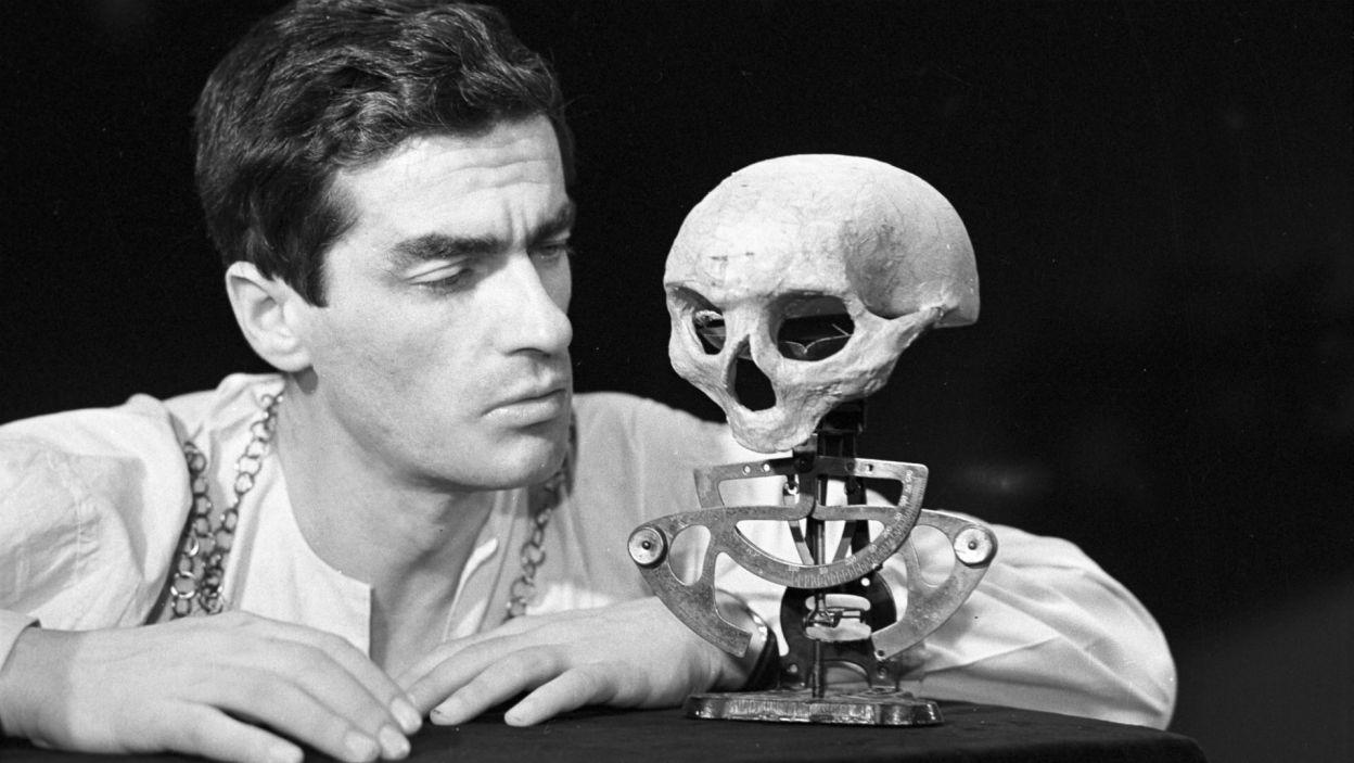 Rola Hamleta stanowi sprawdzian umiejętności aktorskich. Adam Hanuszkiewicz wcielił się w tę postać na scenie Studia 63 (fot. TVP)
