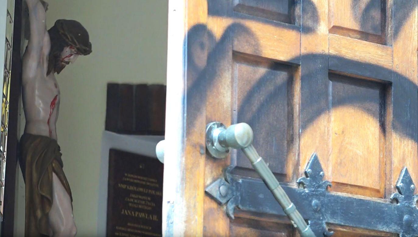 Policja szuka sprawców ataku na kościół Najświętszej Maryi Panny Królowej Polski w Olecku (fot. YT/Radio 5)