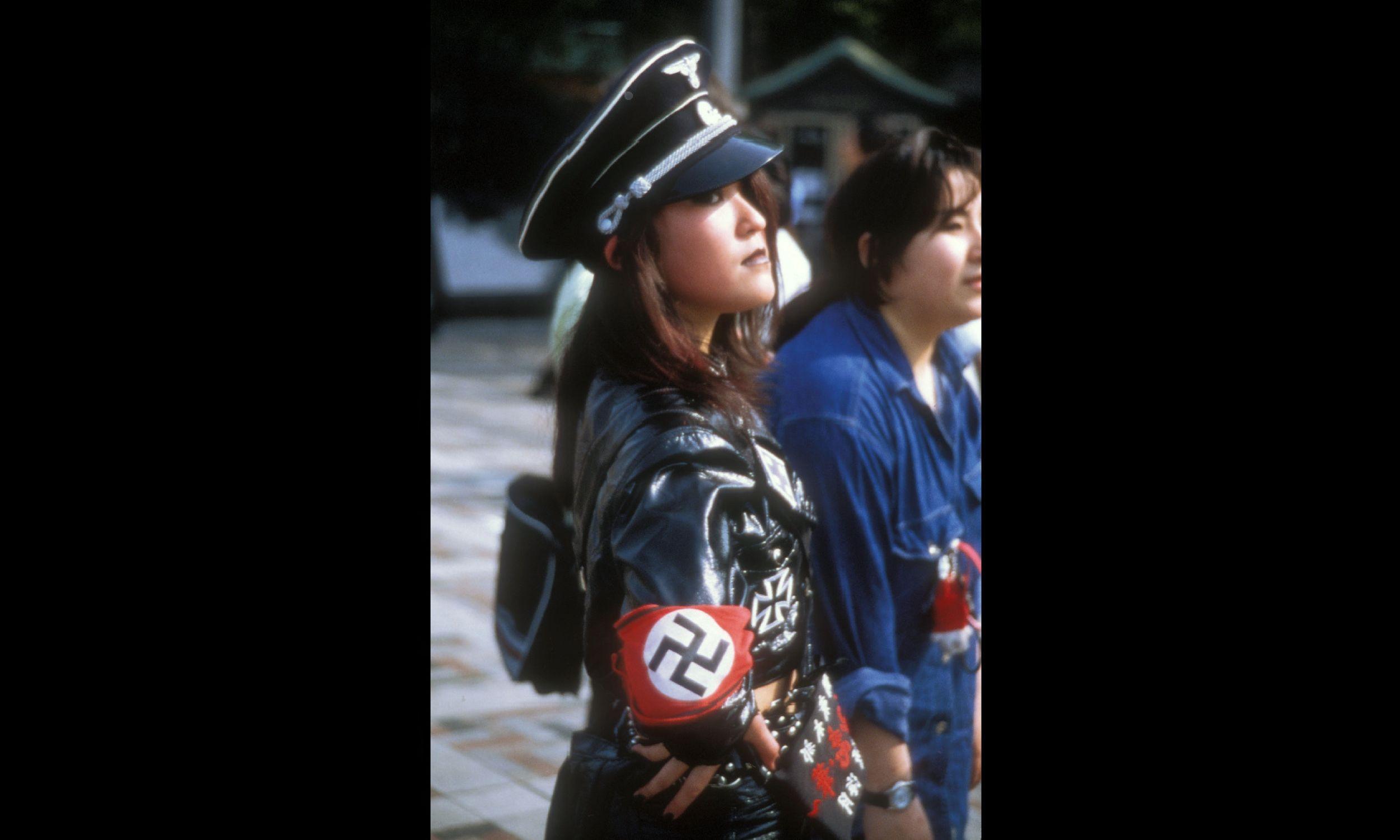 Japonka w unformie nawiązującym do nazistowskich mundurów. Fot. PYMCA / UIG via Getty Images