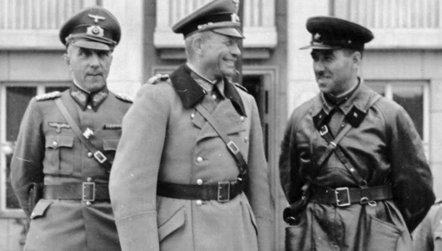 Gen. Heinz Guderian i kombrig Siemion Kriwoszein odbierają defiladę wojsk III Rzeszy i ZSRR (fot. Bundesarchiv)