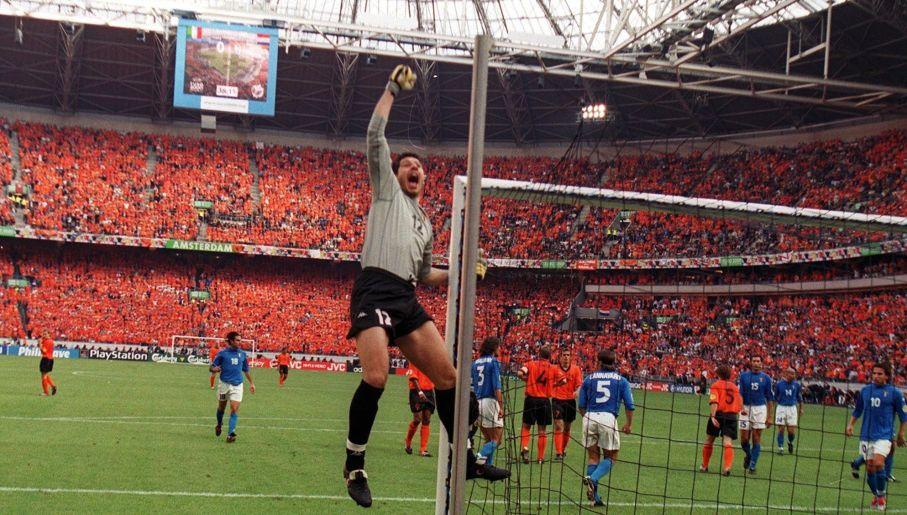 Radość Francesco Toldo podczas Euro 2000 (fot. Getty)