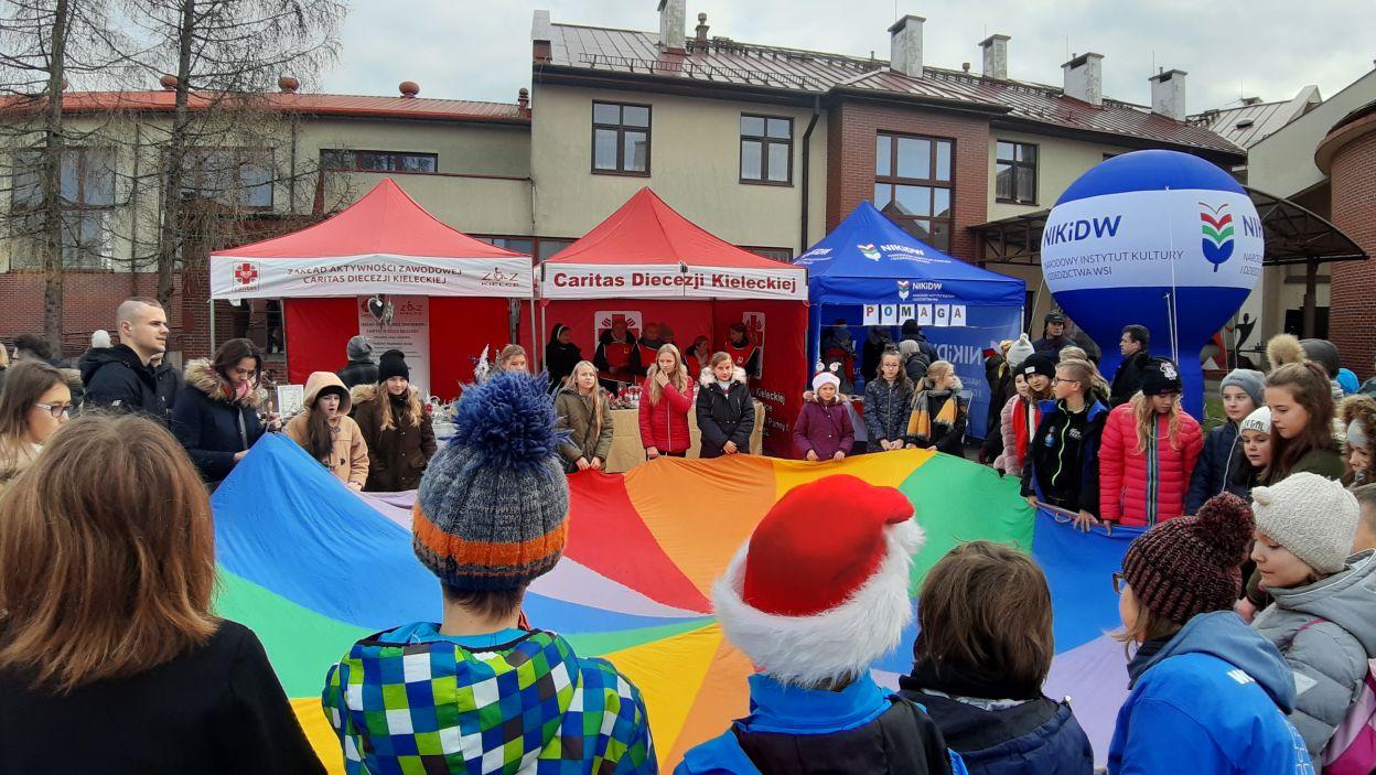 Wiele było też zabaw i tańców integracyjnych z udziałem wolontariuszy ze Szkolnych Kół Caritas z Piekoszowa, Brynicy i Promnika (fot. materiały Caritas Polska)