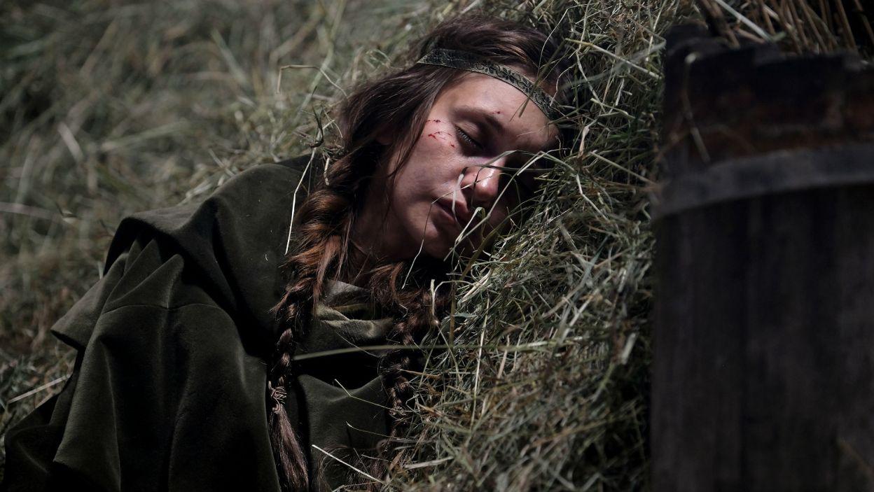 Wycieńczoną znajduje ją na trakcie chłop i zabiera do gospodarstwa (fot. TVP)