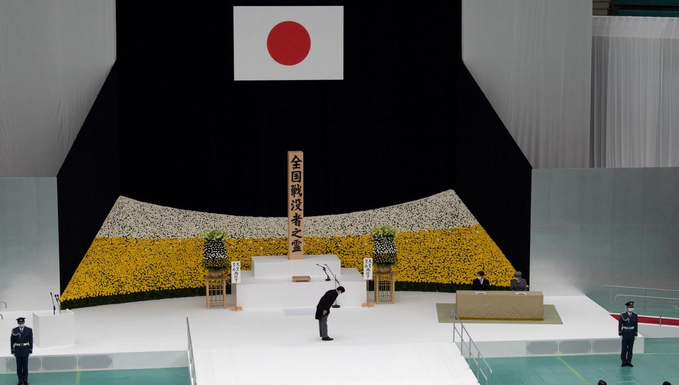 Agencja AP podkreśliła, że Abe nie przeprosił za działania Japonii w czasie ostatniej wojny światowej  (fot. Carl Court/Pool via REUTERS)