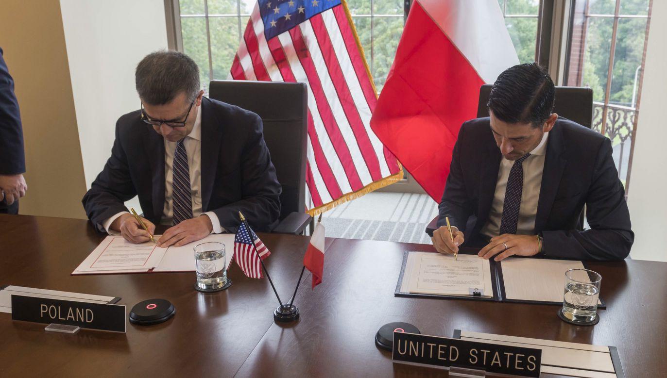 Umowę podpisali polski ambasador w USA Piotr Wilczek oraz podsekretarz w resorcie bezpieczeństwa narodowego USA Chad F. Wolf (fot. Twitter/PolishEmbassyUS)
