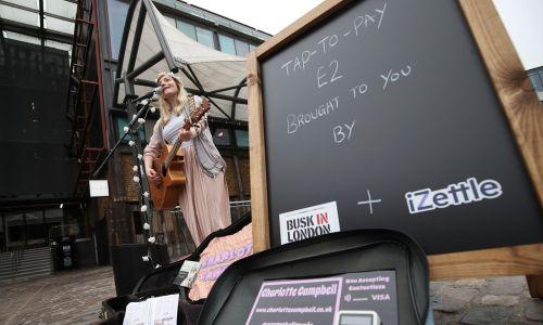 9. Ponad 6 proc. konsumentów płaci telefonem w Wielkiej Brytanii. Na zdjęciu uliczny występ w londyńskim Camden. Piosenkarce można płacić zbliżeniowo. Fot. Yui Mok/PA Images Getty Image