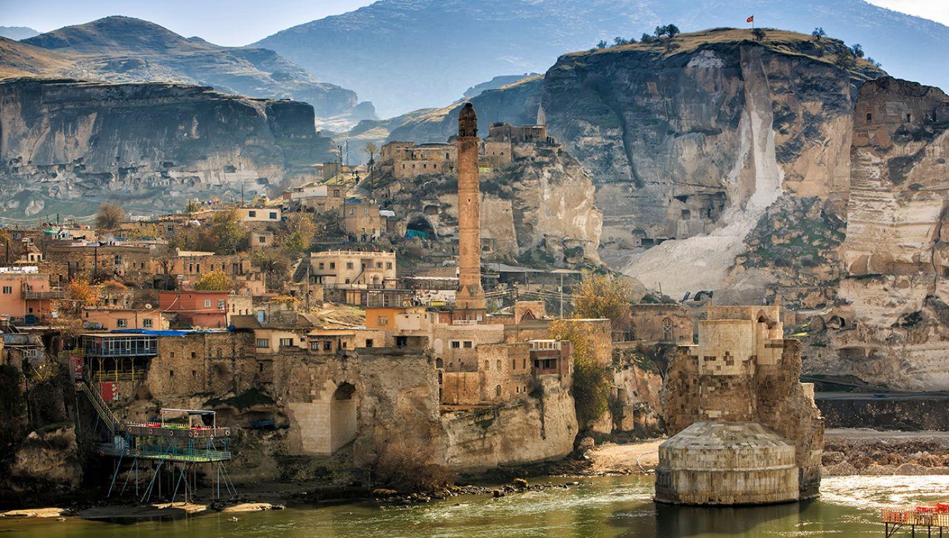 Hasankeyf ma w przyszłym miesiącu całkowicie zniknąć pod wodą (fot. Shutterstock/Emrah AKYILDIZ)