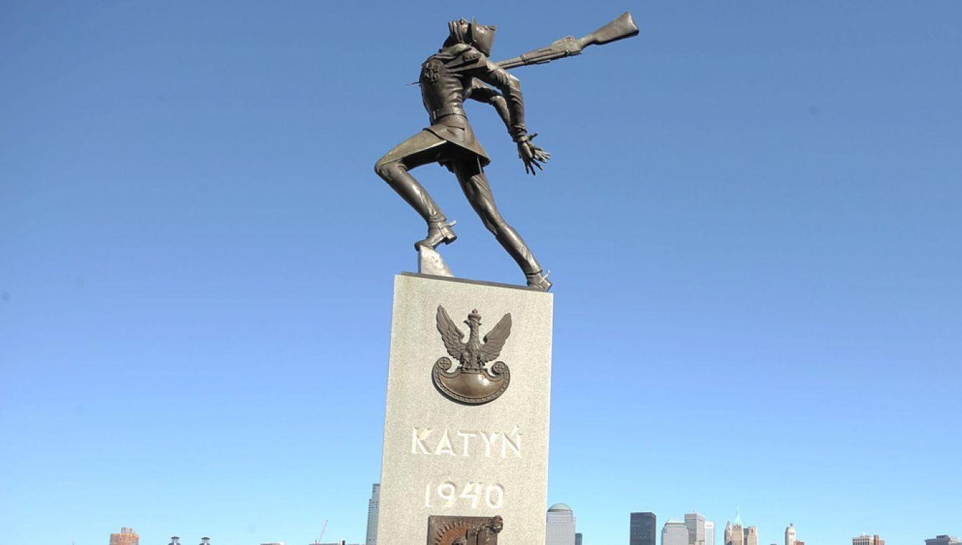 Manifestacja środowisk polonijnych odbyla się pod słynnym Pomnikiem Katyńskim w Jersey City (fot. Michael Loccisano/Getty Images)