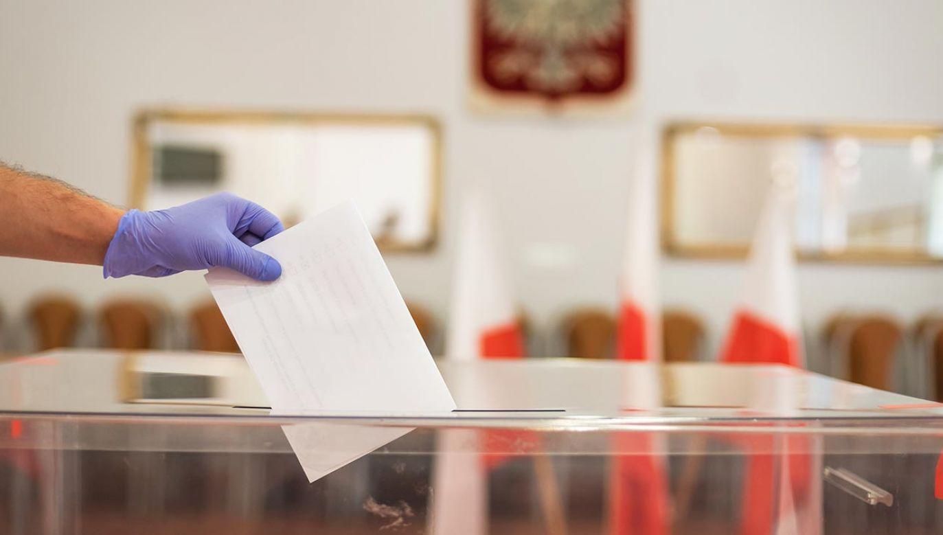 Frekwencja w pierwszej turze głosowania wyniosła 64,5 proc. (fot. Shutterstock/Dziurek)