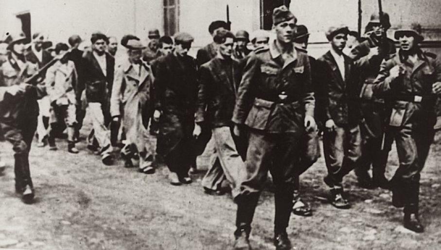 Serbscy cywile prowadzeni na miejsce egzekucji (fot. Wikipedia / domena publiczna)