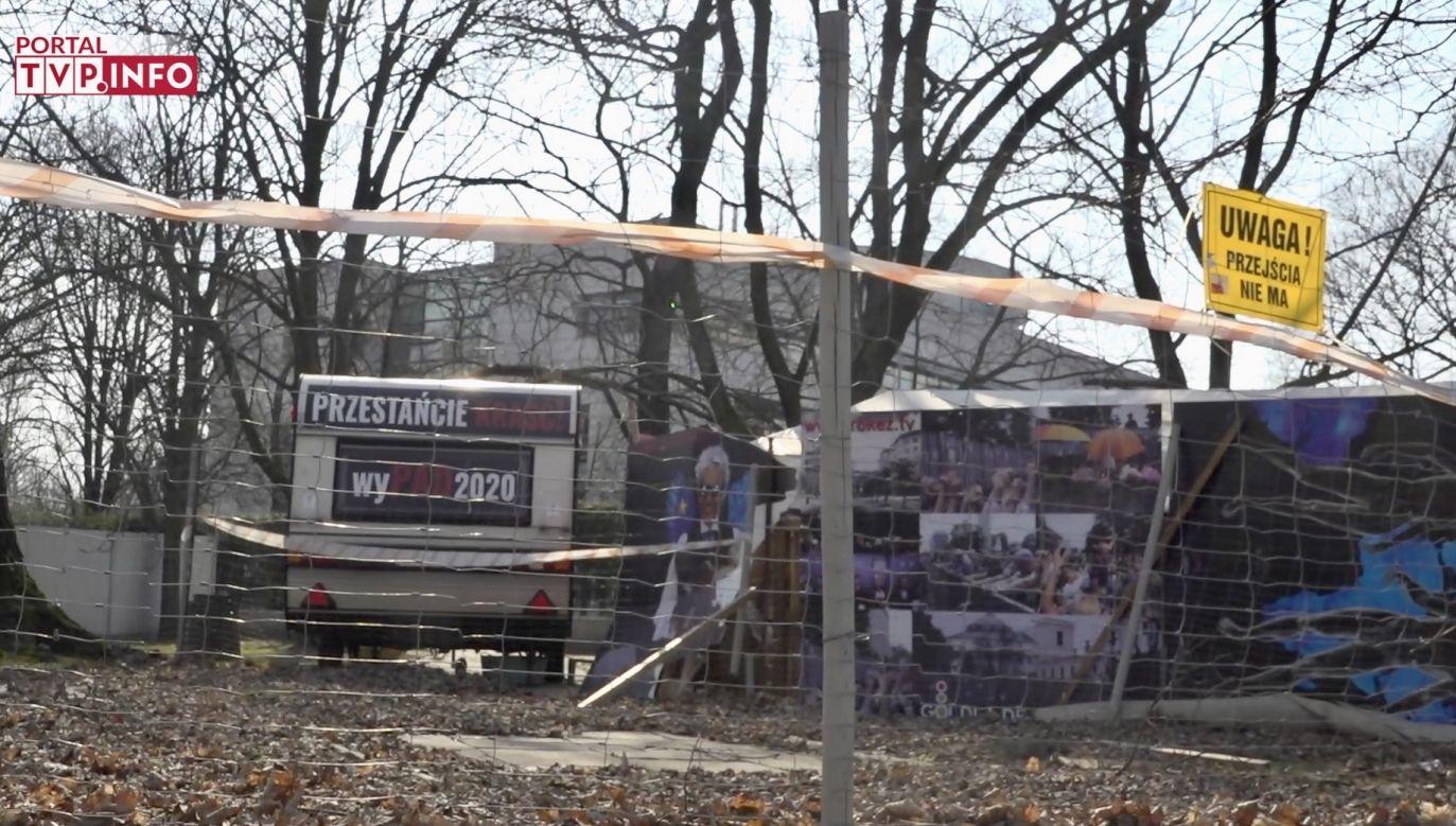 Mimo epidemii namioty działaczy KOD wciąż stoją obok Sejmu (fot. TVP Info)