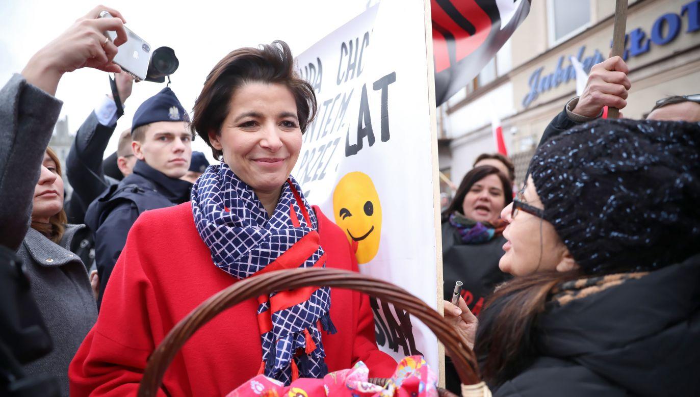 Artykuł w Gazecie Wyborczej został wykorzystany przez polityków opozycji do atakowania szefowej sztabu wyborczego prezydenta Dudy.  (PAP/Leszek Szymański)