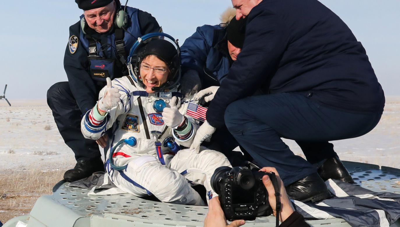 Christina Koch opuszczajaca pokład pojazdu kosmicznego Sojuz, którym wróciła na Ziemię (fot. Alexander Ryumin\TASS via Getty Images)