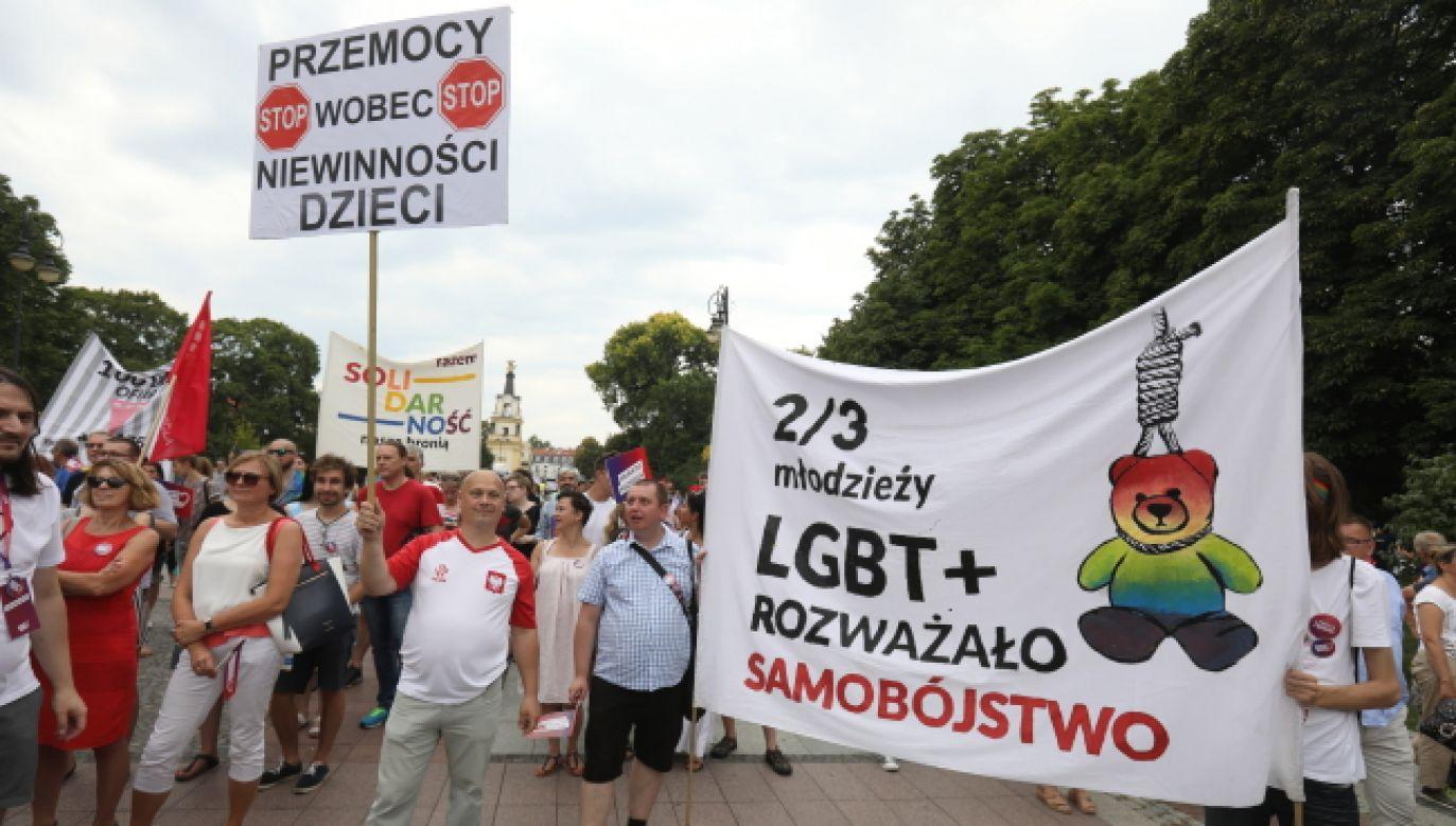 LGBT spełniają służebną rolę bojówek opozycji politycznej (fot. PAP/Artur Reszko)