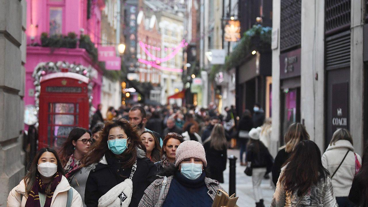 """""""Luzowanie regulacji to więcej zakażeń, więcej problemów służby zdrowia i więcej zgonów, których dałoby się uniknąć"""" (fot. PAP/EPA/NEIL HALL)"""