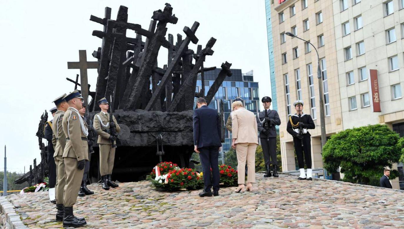 Premierzy Polski i Litwy złożyli kwiaty przed pomnikiem Poległym i Pomordowanym (fot. PAP/Piotr Nowak)