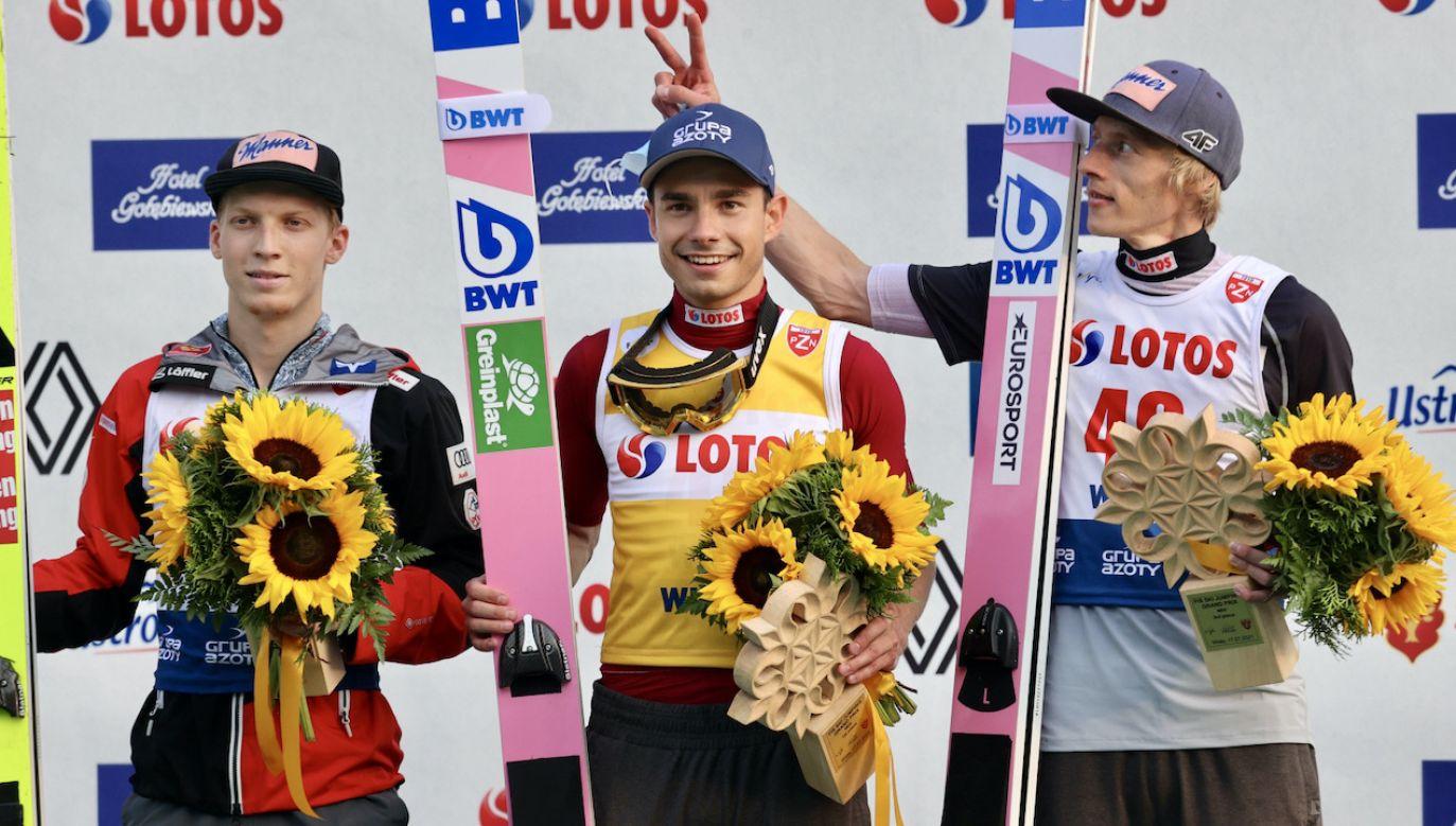 Jakub Wolny (w środku) i Dawid Kubacki (z prawej) byli w doskonałych humorach (fot. PAP/G.Momot)