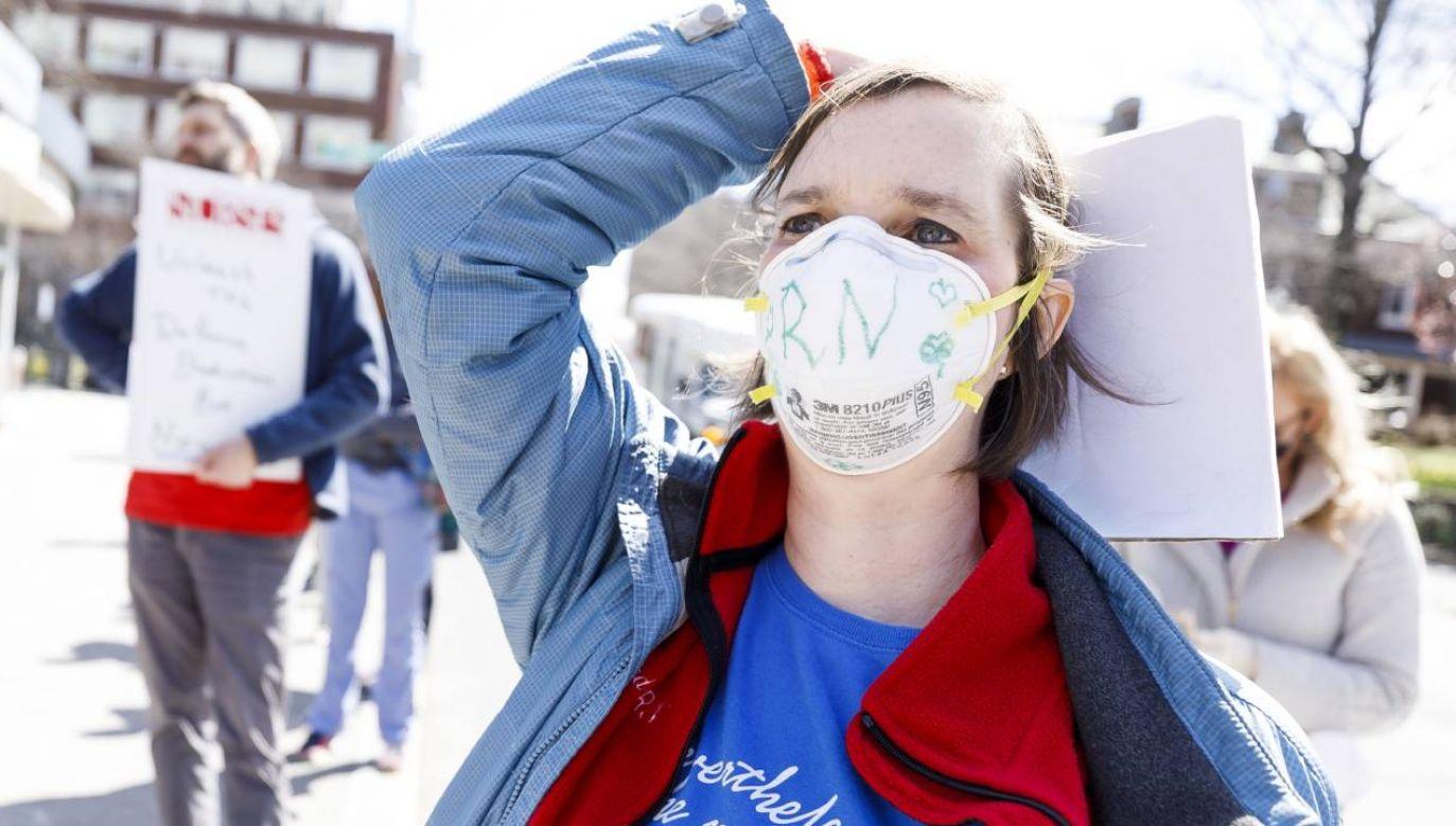 Burmistrz wyraził obawę, że profesjonalnych masek może zabraknąć dla służby zdrowia i pacjentów  (fot. PAP/EPA/JUSTIN LANE)