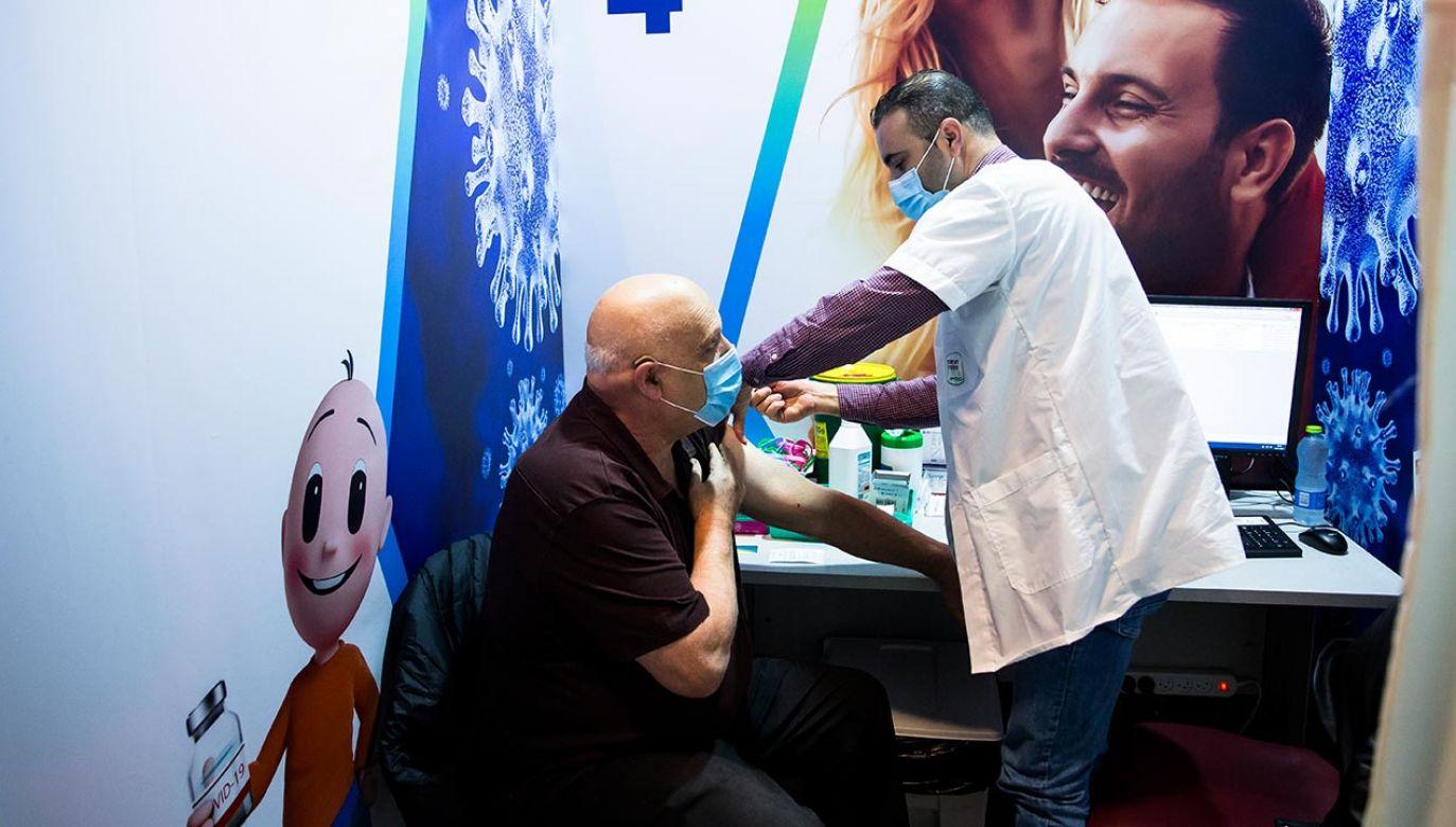 Ponad 2,2 miliona z 9,3 miliona mieszkańców Izraela otrzymało pierwszą dawkę szczepionki (fot Amir Levy/Getty Images)