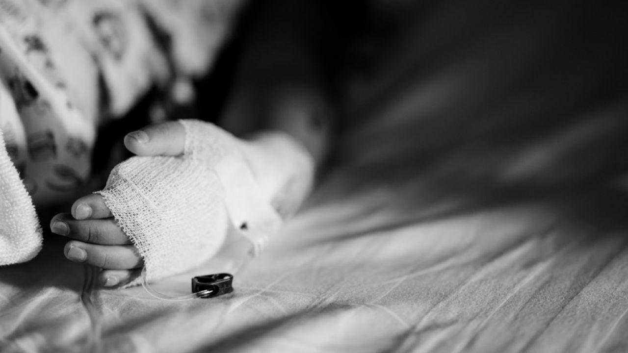Ugodzone nożem dziecko zmarło na stole operacyjnym (fot. Shutterstock/MIA Studio)