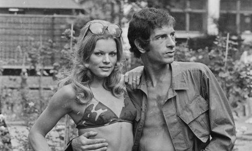 30 sierpnia 1971 r. Modele Diana Terry i Bill Martin prezentują najnowszą odzież plażową w stylu komandosów. Fot. Central Press / Getty Images