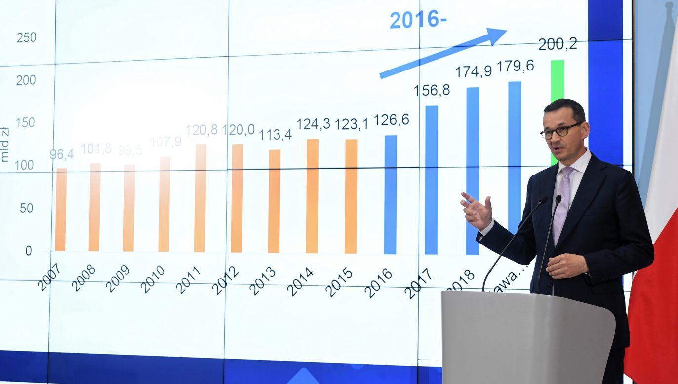 """Premier Mateusz Morawiecki zmiany wprowadzane przez rząd nazywa """"rewolucją godnościową"""" (fot. PAP/Radek Pietruszka)"""