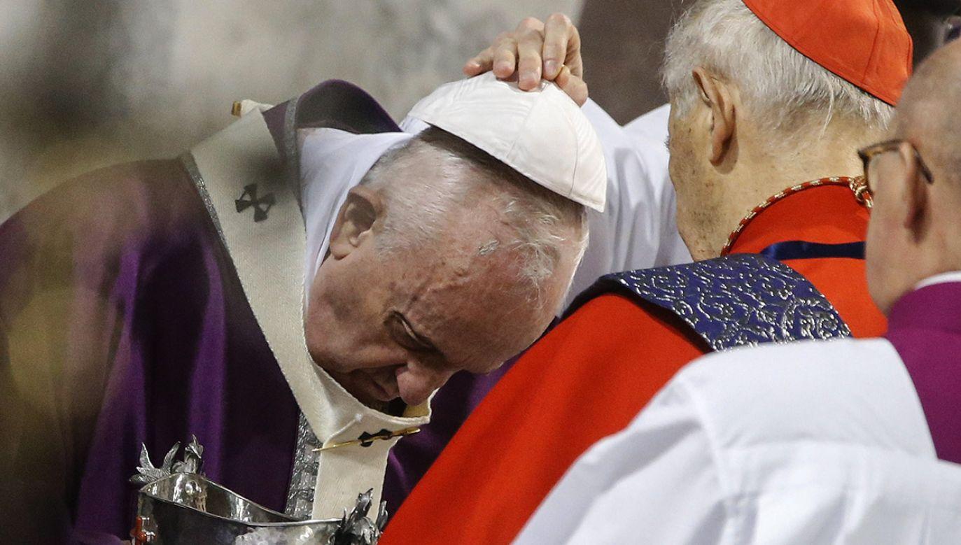 Liturgia zakończyła się udzieleniem wszystkim obecnym błogosławieństwa apostolskiego przez papieża (fot. PAP/EPA/FABIO FRUSTAC)