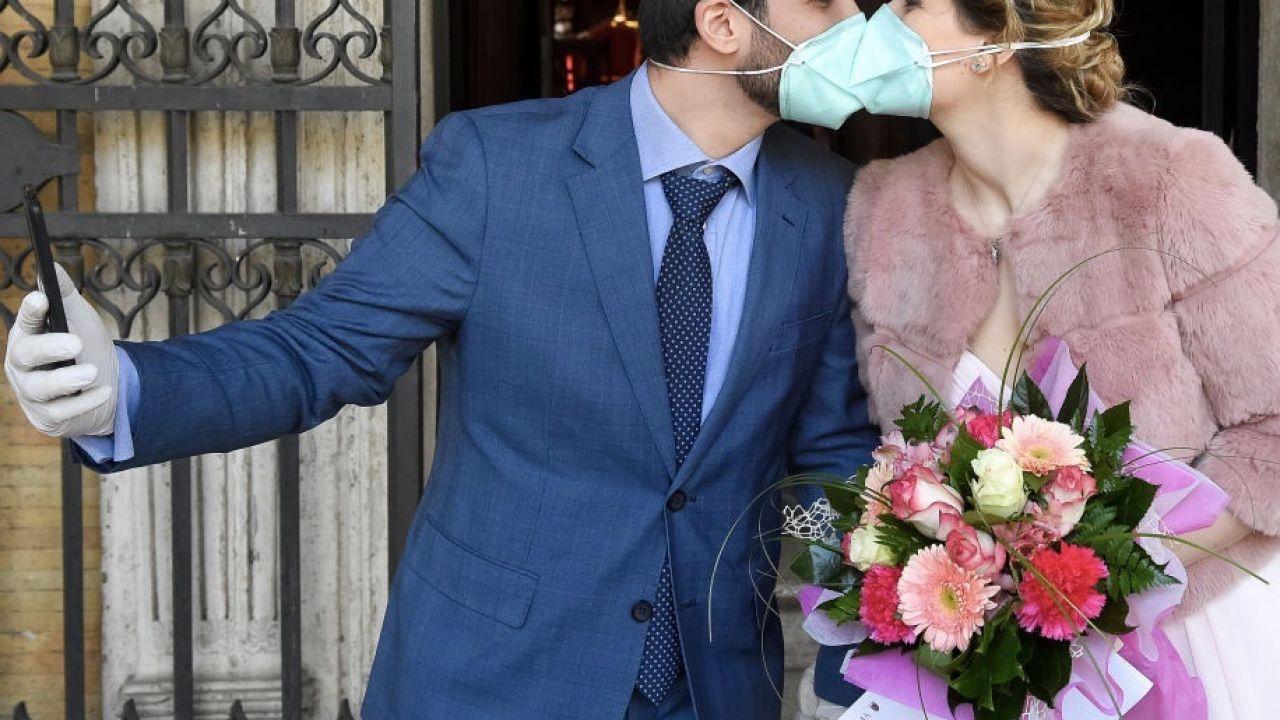 Zarażeni zostali weselnicy i osoby, które miały z nimi kontakt (fot. Nicolò Campo/LightRocket via Getty Images)