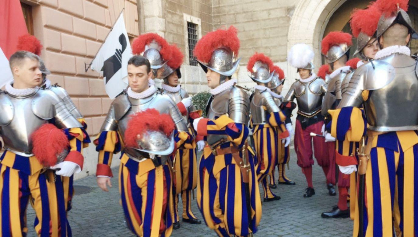 Chwila odprężenia pośród żołnierzy po zakończeniu prezentacji wojsk na pl. św. Piotra (fot. Magdalena Wolińka-Riedi)