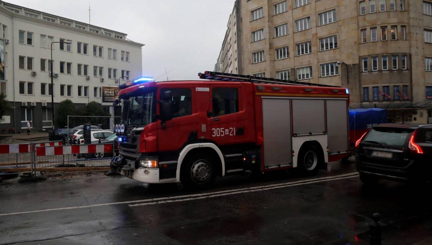 Straż pożarna na ulicy Warszawy (fot. PAP/Wojciech Olkuśnik)