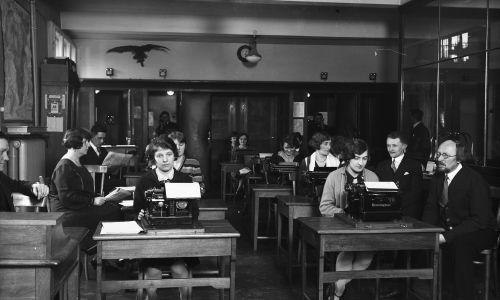 Dział stenotypistek i telefonów Pałacu Prasy, rok 1929. Fot. NAC/IKC