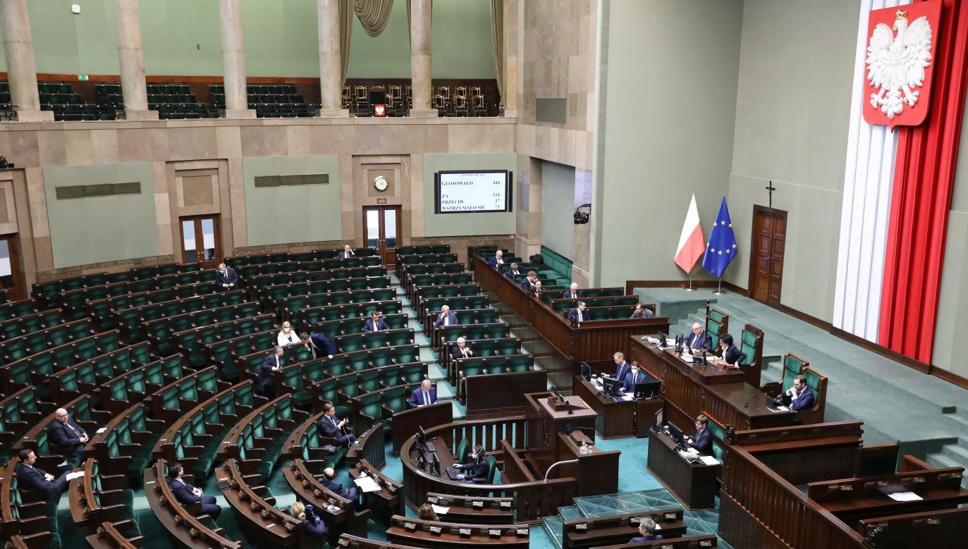 Ekspert: Wprowadzenie stanu nadzwyczajnego odsuwa wybory o minimum 120 dni (fot. PAP/Leszek Szymański)