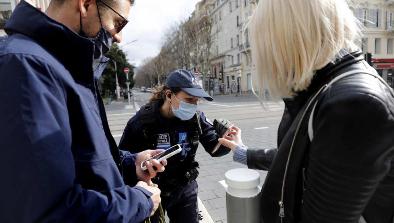 Francuskie służby sprawdzają przestrzeganie obostrzeń sanitarnych (fot. PAP/EPA/SEBASTIEN NOGIER)
