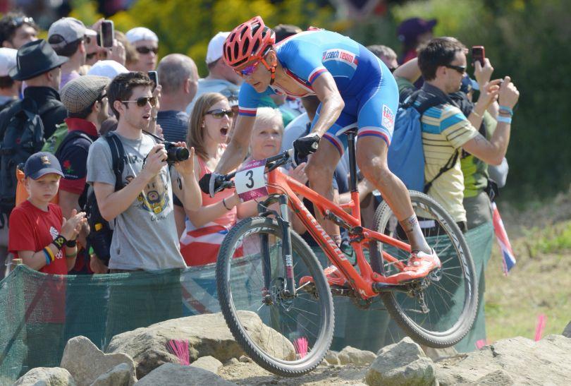 Jaroslav Kulhavy na finiszu pokonał rywali i zdobył złoto w wyścigu MTB (fot. Getty images)