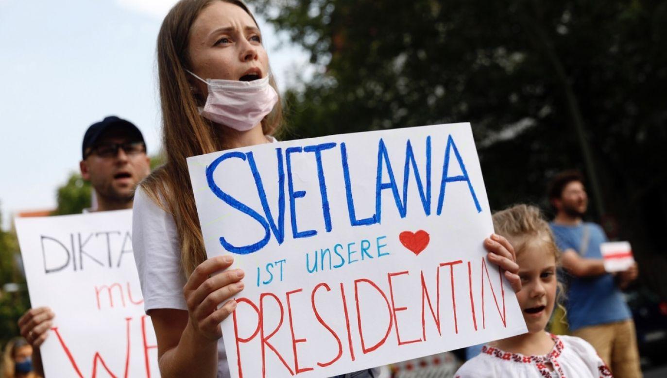 """Protestująca trzyma tabliczkę z napisem """"Swietłana naszym prezydentem"""" podczas demonstracji w pobliżu ambasady Białorusi w Berlinie (fot. PAP/EPA/FELIPE TRUEBA)"""