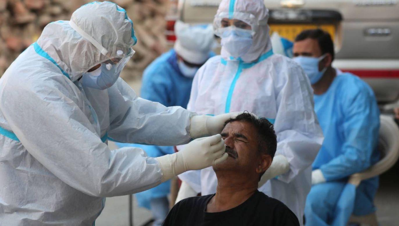 Z powodu koronawirusa zmarło już 400 tys. osób (fot. PAP/EPA/FAROOQ KHAN)