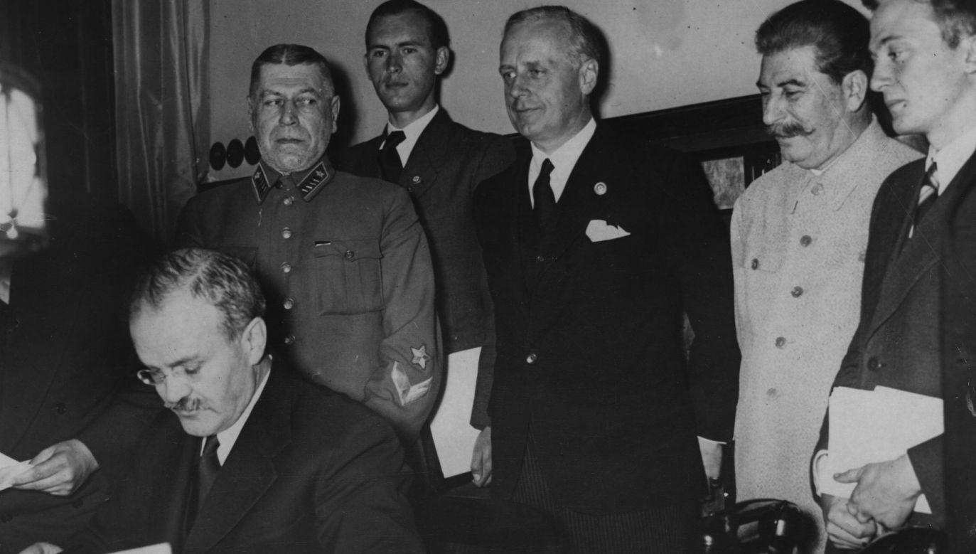 Radziecki minister spraw zagranicznych Wiaczesław Mołotow sprawdza plan demarkacji Polski, za nim nazistowski minister spraw zagranicznych Joachim von Ribbentrop stoi obok Józefa Stalina. Fot. Hulton Archive / Getty Images