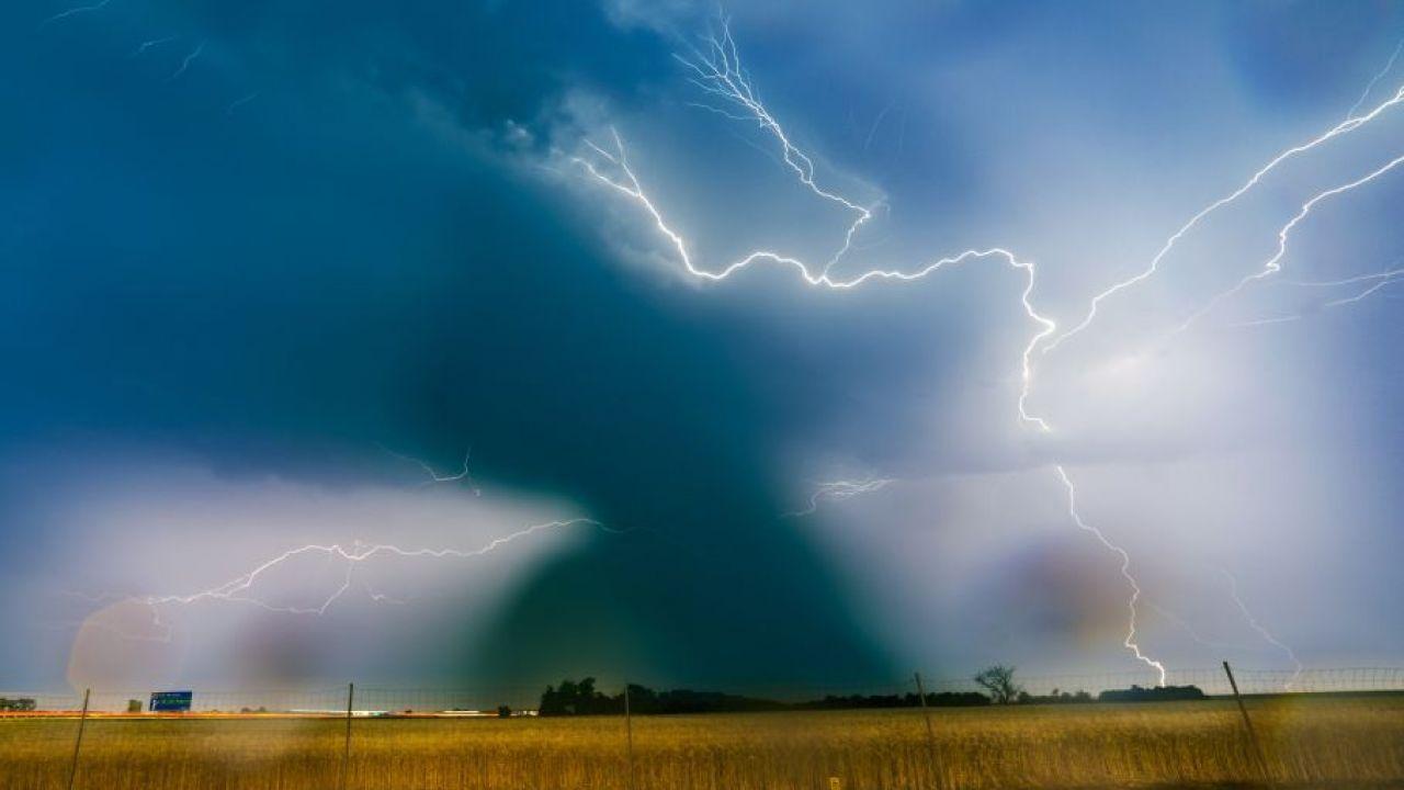 IMGW przed burzami wydało ostrzeżenia dla ośmiu województw (fot. arch. PAP/Łukasz Ogrodowczyk)