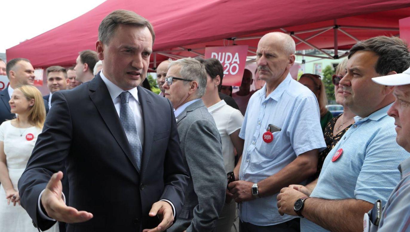 Minister sprawiedliwości Zbigniew Ziobro (L) podczas spotkania z mieszkańcami w Tomaszowie Mazowieckim (fot. PAP/Roman Zawistowski)