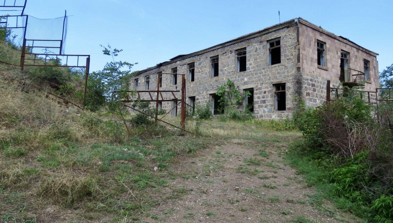 Ruiny zakładu tekstylnego w wiosce Mowzes. Trzy zakłady od 30 lat znajdują się w zasięgu ostrzału azerskiego, a na początku lat 90. zostały zbombardowane i spłonęły (fot. Witold Repetowicz)