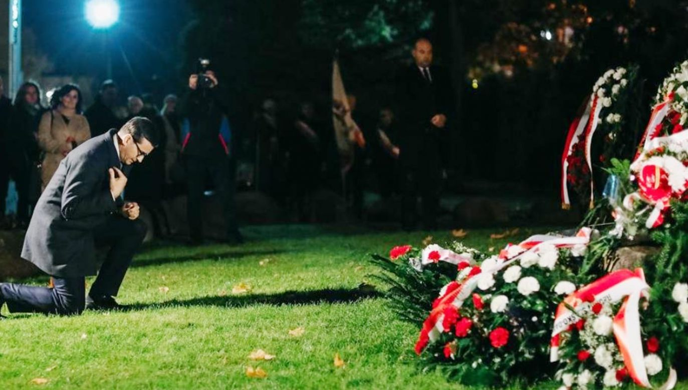 Premier Morawiecki złożył wieniec na grobie ks. Popiełuszki  (fot. Twitter/ Mateusz Morawiecki)