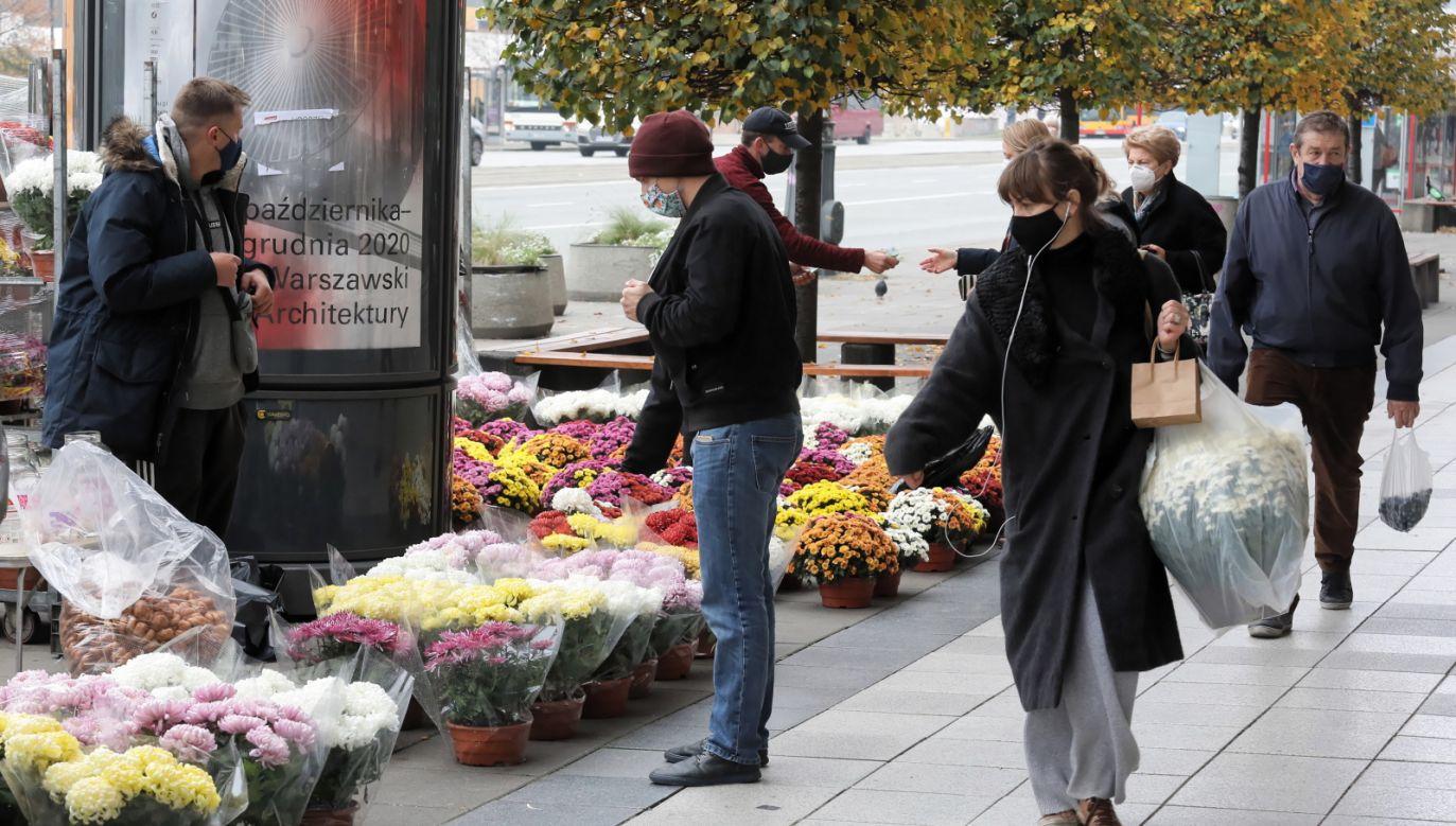 Kwota ta ma być przeznaczona dla przedsiębiorców, którzy nie sprzedadzą kwiatów i zniczy (fot. PAP/Paweł Supernak)