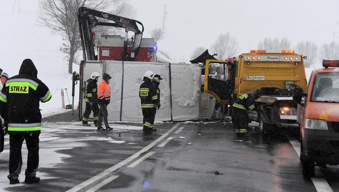 Po wypadku droga jest zablokowana (fot. PAP/Marcin Gadomski, zdjęcie ilustracyjne)