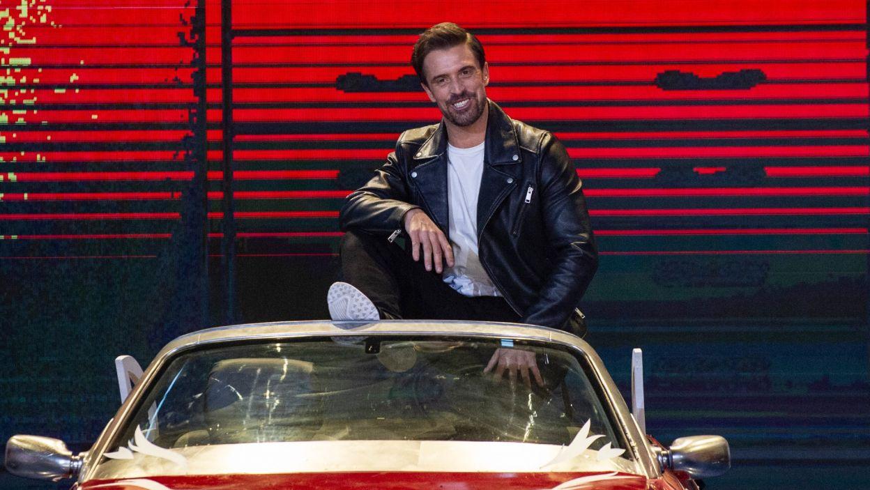 """Staszek świetnie bawił się w trakcie piosenki z musicalu """"Grease""""  (Natasza Mludzik/ fot. TVP)"""
