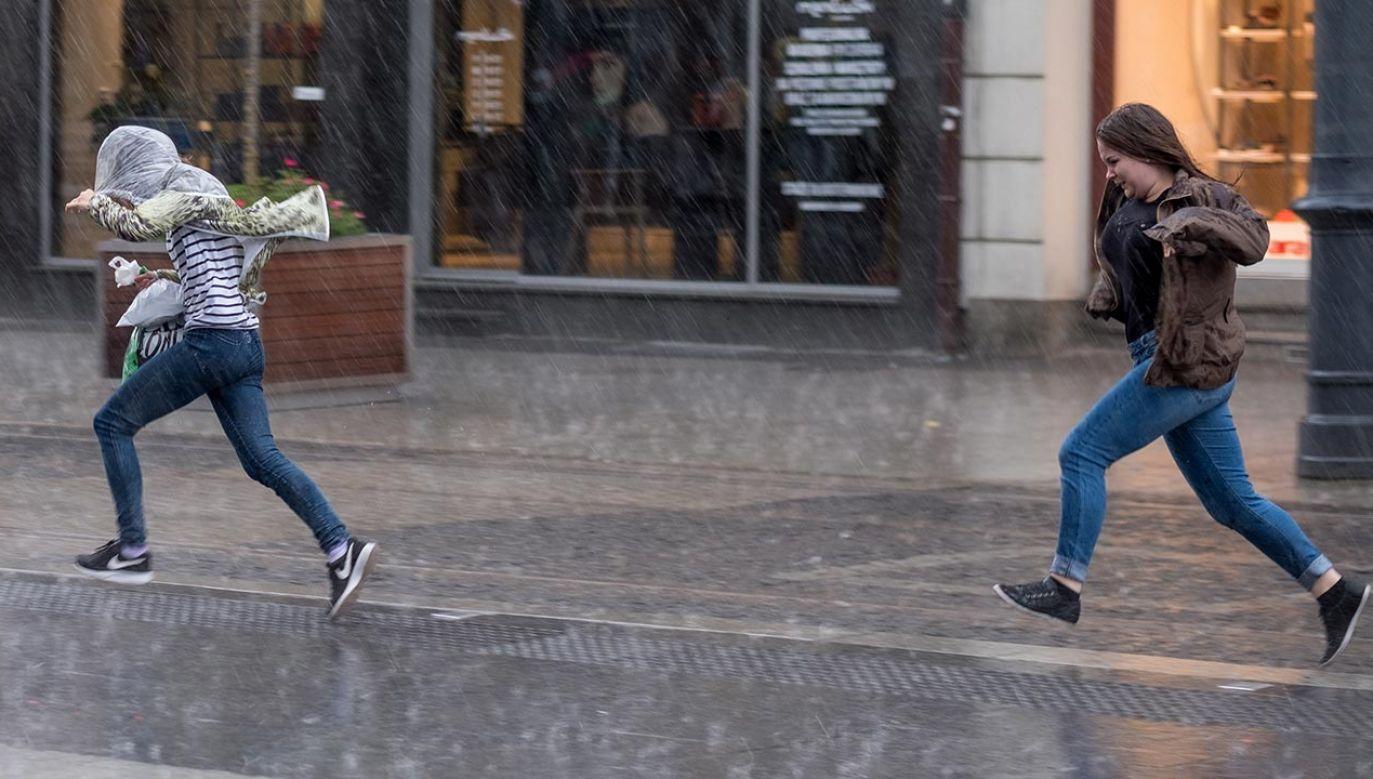 Porywy wiatru mogą osiągnąć do 80 km/h (fot. PAP/Andrzej Grygiel)