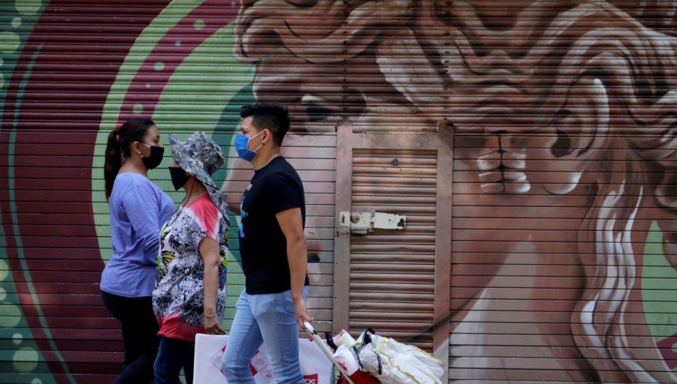 """Komisja Europejska uważa, że obecna sytuacja związana z pandemią stworzyła szczególnie podatny grunt pod treści, które """"podważają naukę i fakty za pomocą zgubnych teorii na temat tego, skąd mógł powstać wirus i kto ponosi winę za jego rozprzestrzeniania się"""" (fot. Gerardo Vieyra/NurPhoto via Getty Images)"""